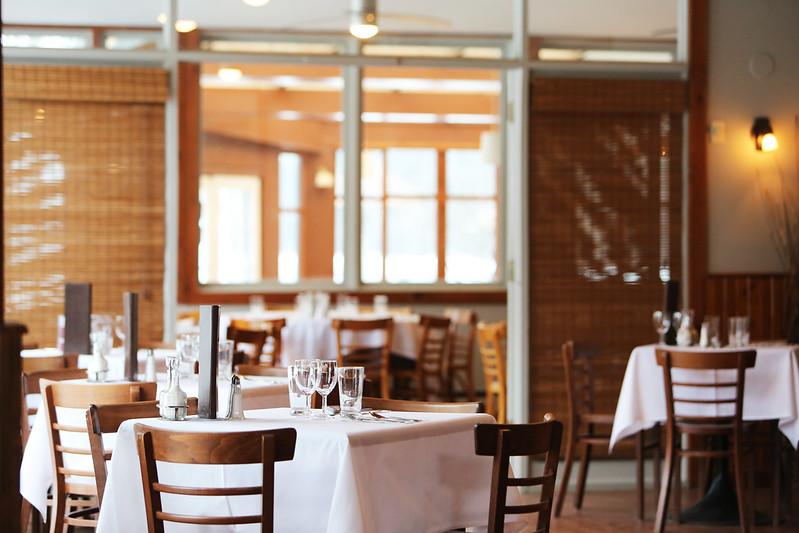 lif_2016-03-restaurant-glasses-tables-LEEROY