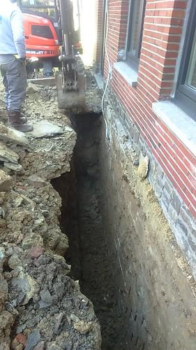Tranchée réalisée avant travaux d'étanchéités et pose d'un drainage.