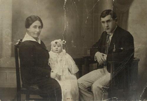 Nuestro padre, Juan Agirregabiria Etxebarria, con sus padres