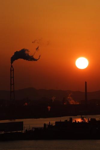 sunset chimney sun silhouette japan geotagged bay factory smoke 日本 fukuoka kitakyushu wakamatsu 福岡 シルエット 福岡県 北九州 dokai mrhayata geo:lat=338924292 geo:lon=1307968853