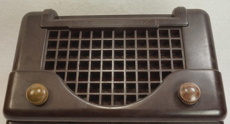 RD11401 Vintage Mid Century 1948 TRAV-LER 5066 Brown Bakelite Case TUBE RADIO DSC09651