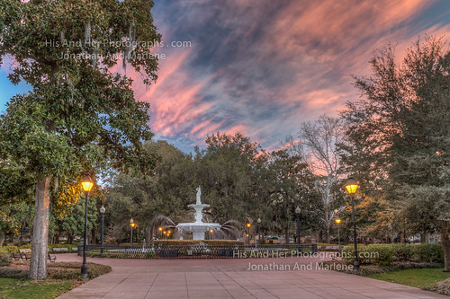 savannah georgia forsyth park sunrise pinksky colorful downtown city fountain historicdistrict lamps lamp posts yellow lights