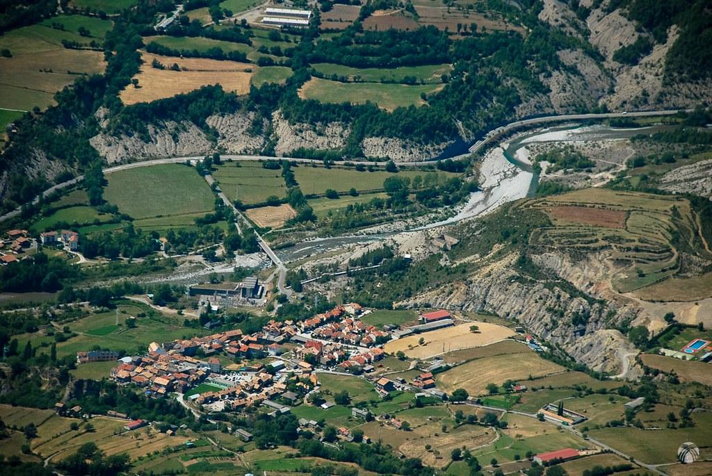 Río Cinca y un pequeño pueblo