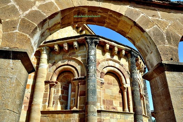 449 - Arquerías y Abside - Iglesia Santa María de Eunate - Muruzábal (Navarra) - Spain.