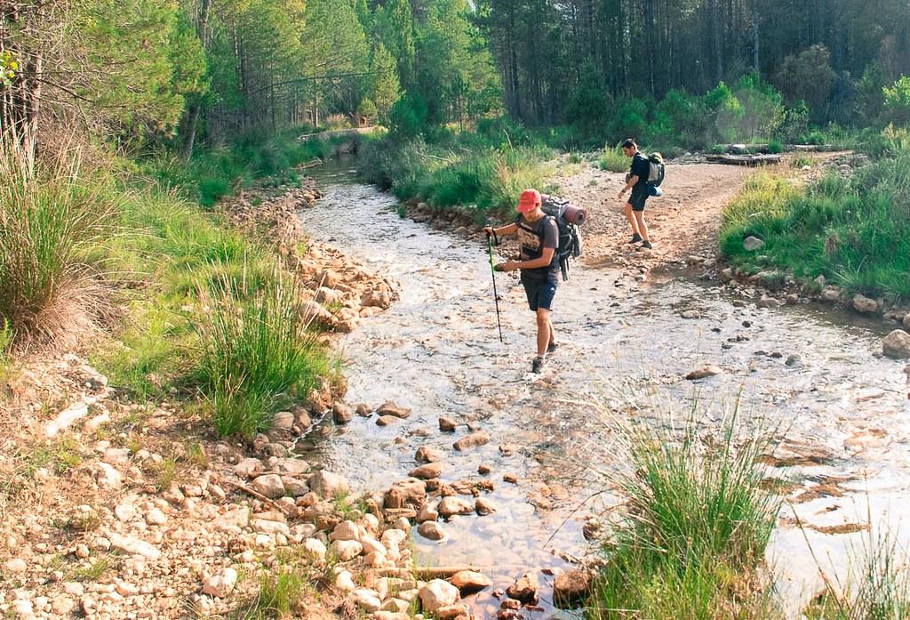 Vadeando el río Tus cerca del aserradero