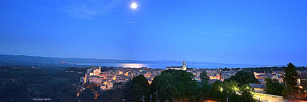 Grotte di Castro con panorama sul lago di Bolsena, in lontananza sulla sinistra la città di Bolsena.