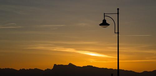 light sunset sky orange sun mountain montagne canon landscape eos soleil lumière ciel paysage crépuscule extérieur calme coucherdesoleil lampadaire 600d vividstriking f1ijp