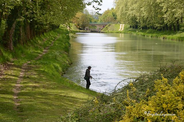 Le paisible bonheur d'un pêcheur à la ligne