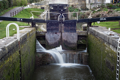 uk longexposure england motion blur water flow canal bath gates flight somerset falling seal boating flowing kennetandavon pound waterway gaps highpressure cill escaping narrowboats cityofbath widcombelocks
