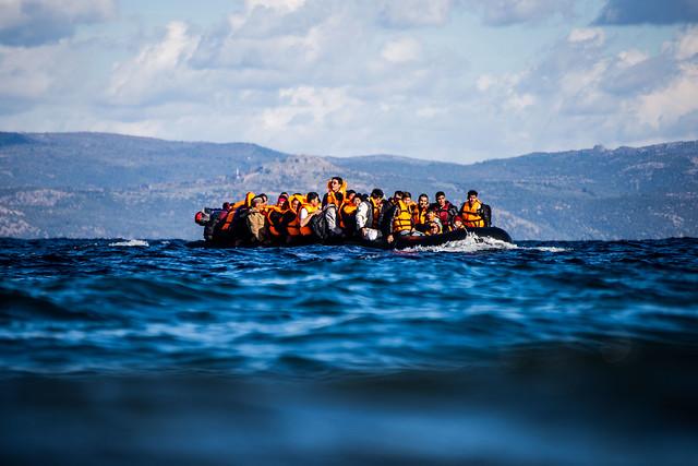 Die Flüchtenden kommen in den meisten Fällen mit kleinen Schlauchbooten aus der Türkei und setzen dann auf eine der griechischen Inseln über. Oft beträgt die Strecke zu den Inseln unter 10 km. Trotzdem sind allein im Jahr 2015 nach IOM-Angaben über 500 Menschen bei der Überfahrt gestorben.  November 2015, Skala Sykamineas (Lesbos), Griechenland  (Foto: Erik Marquardt)