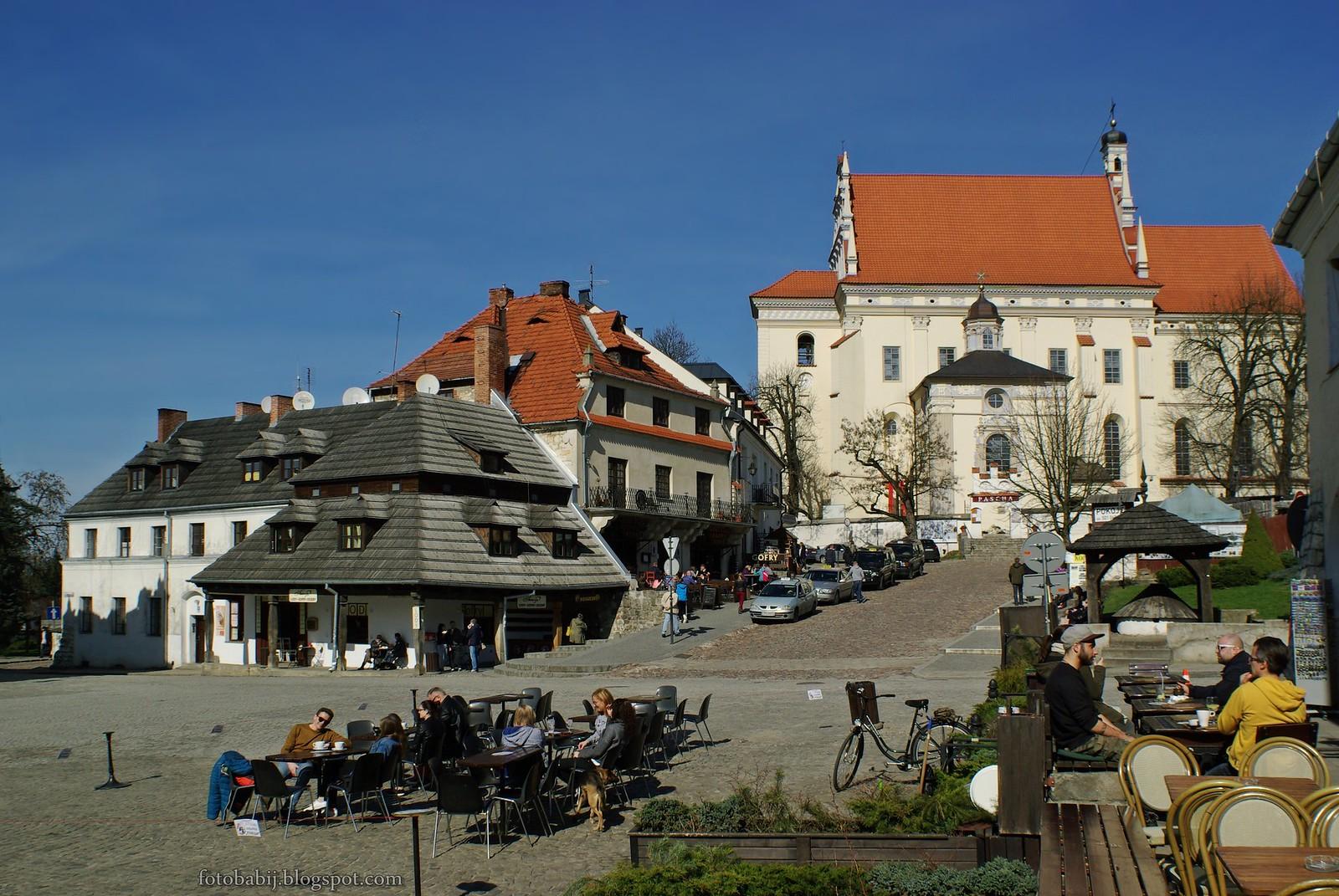 Kazimierz Dolny, rynek, kwietniowa sobota,