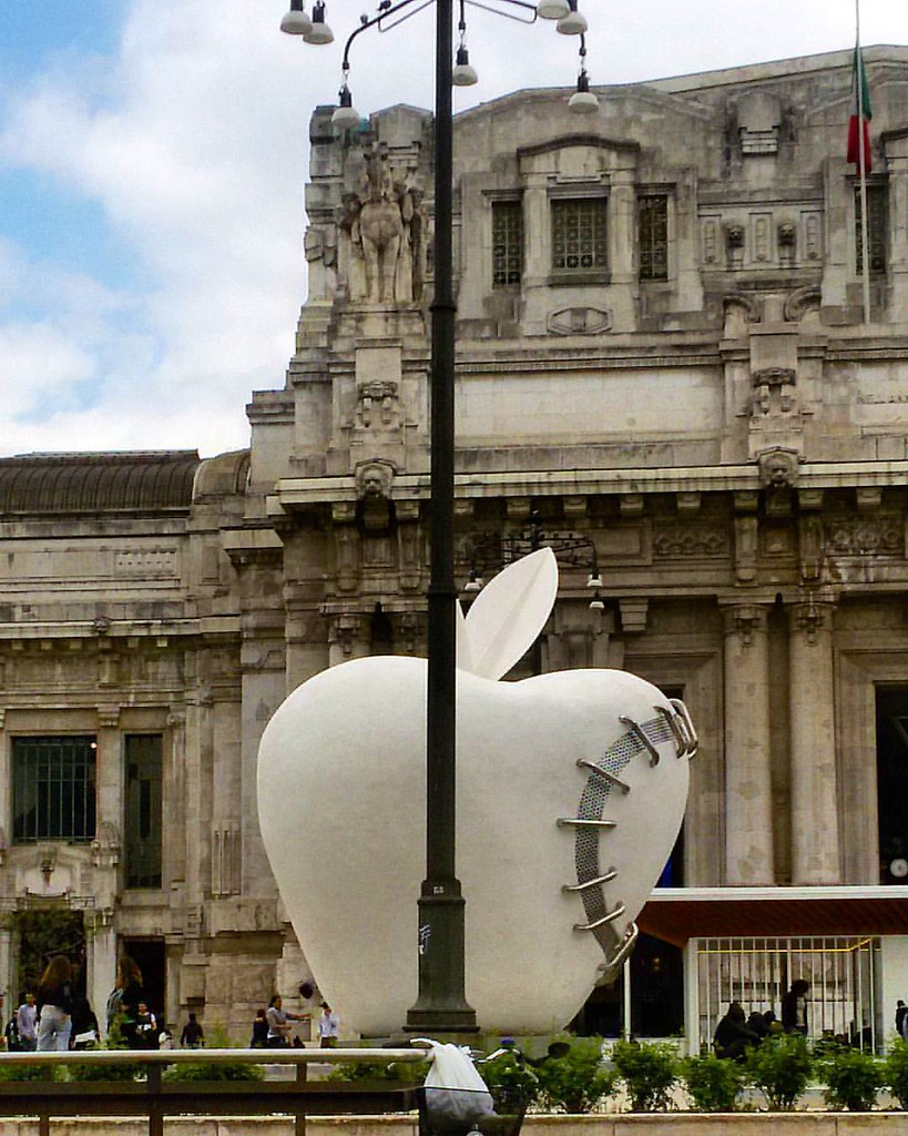 Design D Interni Milano.Central Railway Station Milan The Apple Sculpture Milano D Flickr
