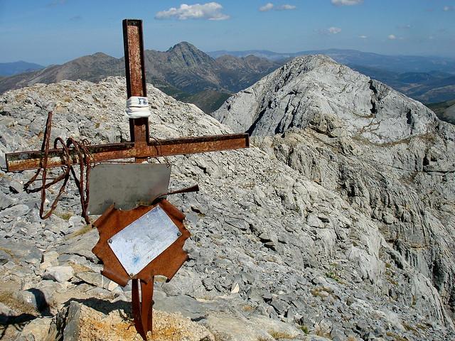 La oxidada cruz cimera del Espigüete