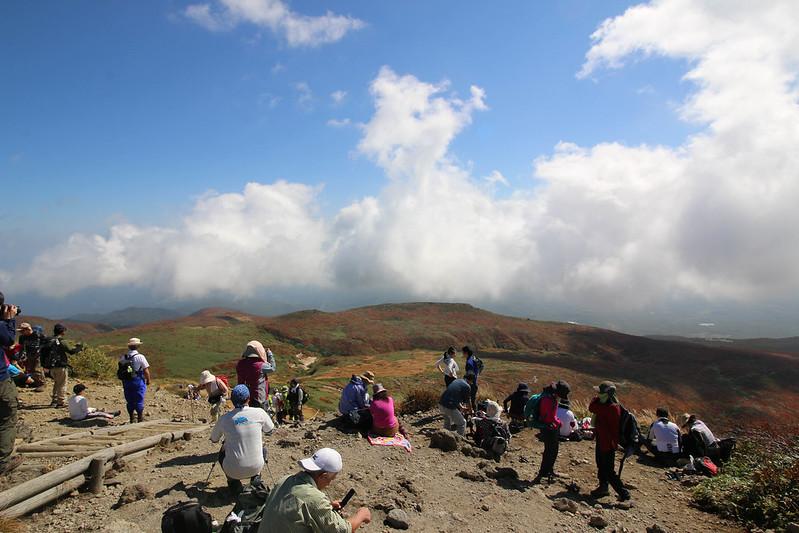 栗駒山の頂上はたくさんの登山客