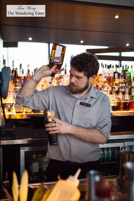 Bartender freepouring