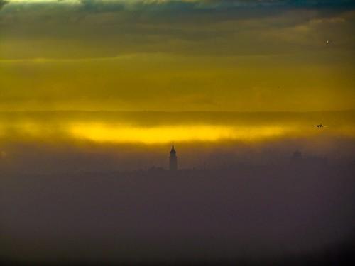 madrid light sun mist luz sol church fog plane iglesia landing sillouette neblina avión niebla siluetas barajas aterrizaje bonsailara1