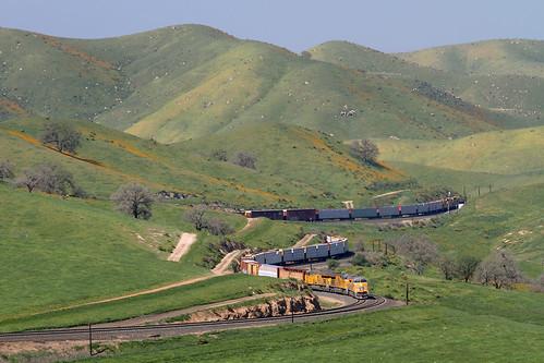 california ca railroad up train curves unionpacific locomotive ge freighttrain tehachapipass bealville newlocomotive manifestfreight et44ac et44ah