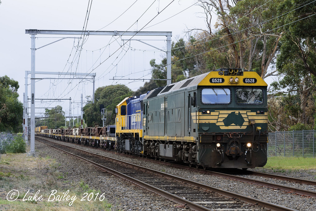 G528-XR553 with #9553 down Long Island goods near Frankson by Luke's Rail Gallery