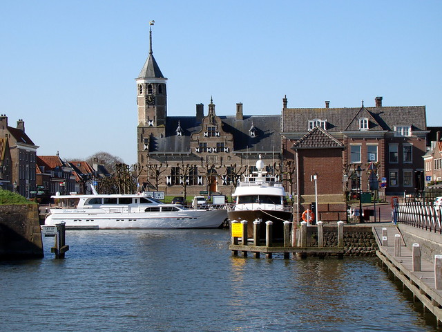 Haven Willemstad met op de achtergrond het oude raadhuis.