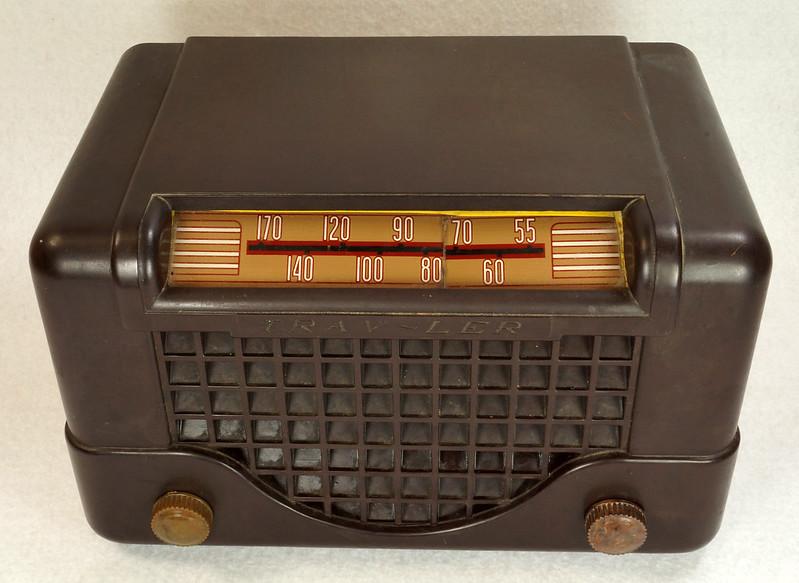RD11401 Vintage Mid Century 1948 TRAV-LER 5066 Brown Bakelite Case TUBE RADIO DSC09641