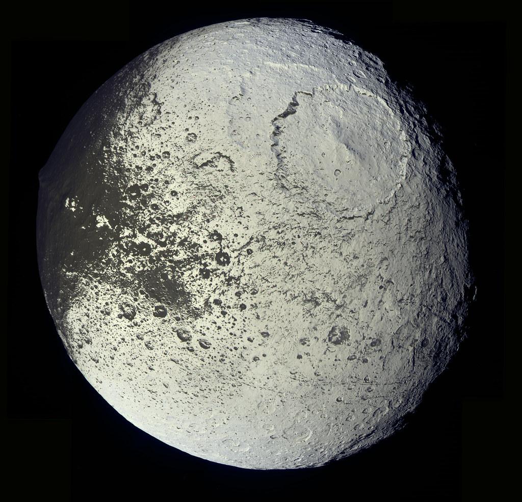 Япет, супутник Сатурна має виразне двоколірне забарвлення