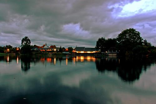 天空下起了毛毛细雨_迷濛的湖畔 | [環境] 在準備離開Hamilton Gardens的時候,天空又下起 ...