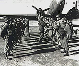 Los hombres de Earl Walter jr frente a un C-47