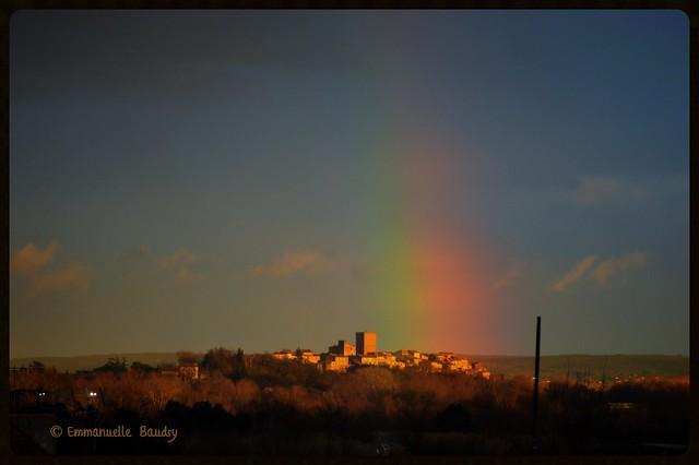 Arc-en-ciel sur le village de Moussac (Gard)
