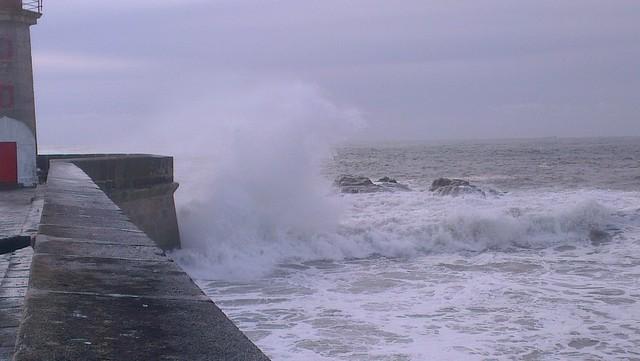 wonderful waves (Atlantic ocean) near a lighthouse in Porto (PT), Foz do Douro // Wunderschöne Wellen (Gischt) in der Nähe eines Leuchtturm-Auslegers am Atlantik in Porto (PT) nahe der Foz do Douro Mündung