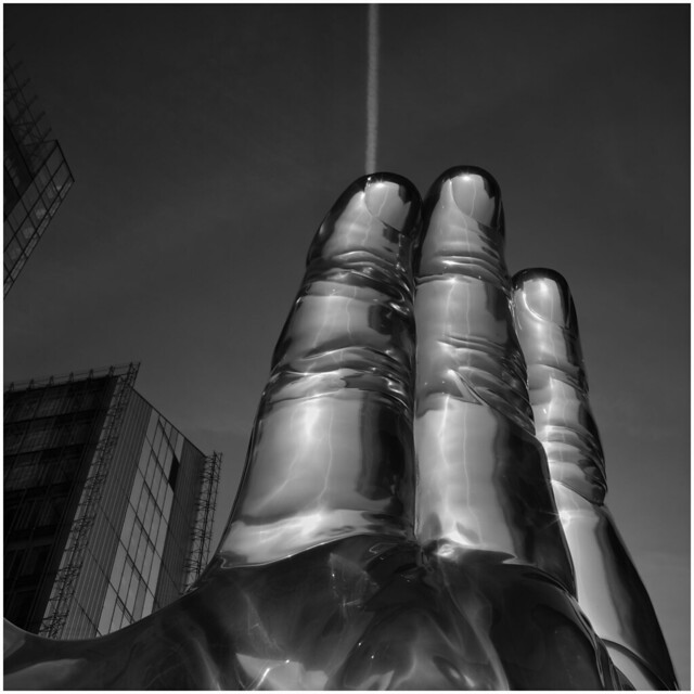 Scratching the sky, Sculpture