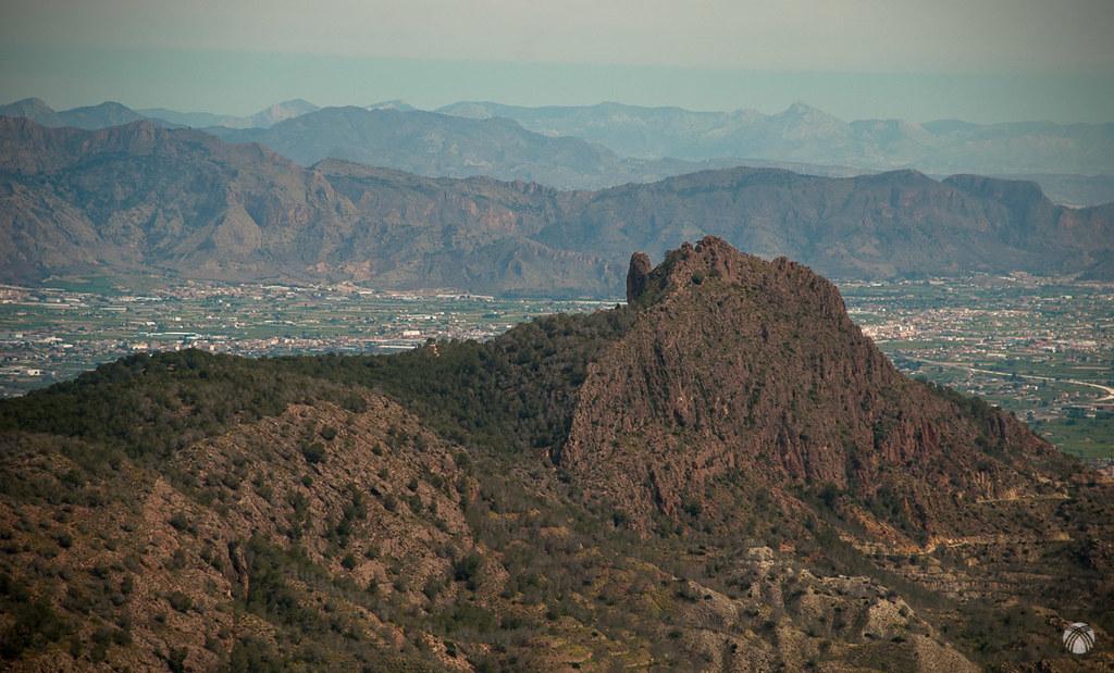 La Cresta del Gallo y la Panocha. Al fondo las grandes sierras de Alicante
