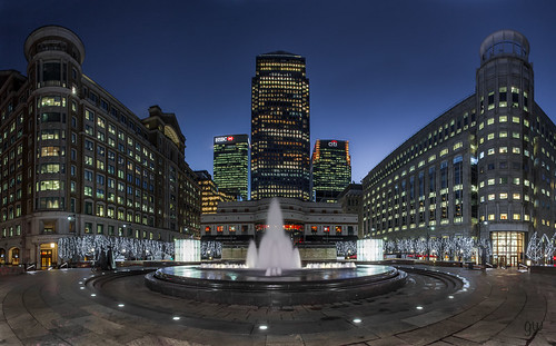docklands canarywharf london carbotsquare bluehour dawn sunrise hsbc citi barclays fountain christmastree pano