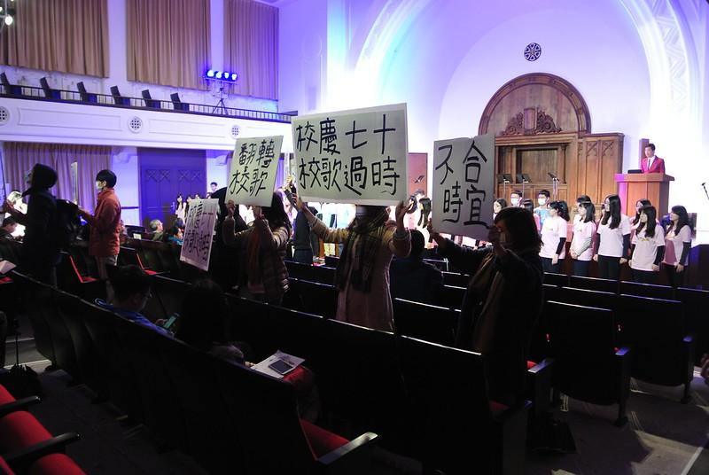 快閃亂入音樂節開幕式 學生舉牌籲翻轉校歌