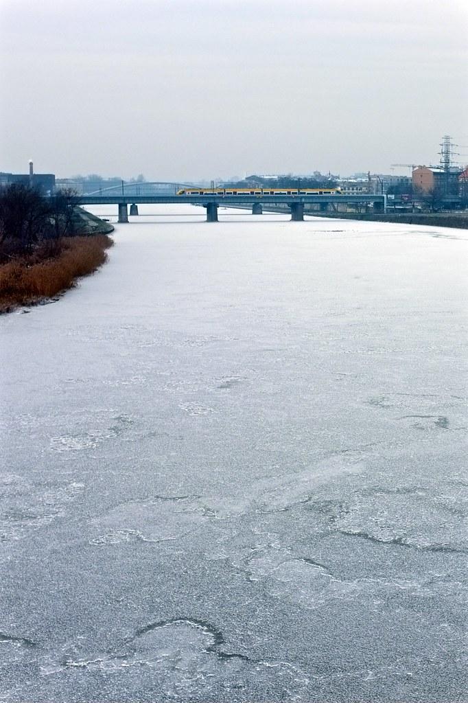 Frozen river / Rzeka skuta lodem