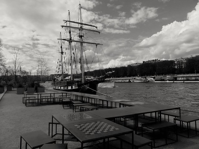 Bateau ..la boudeuse Ship in Paris