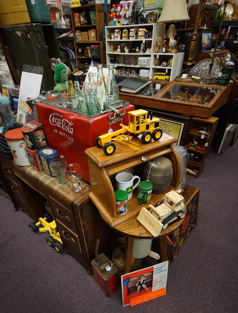 Tin Can Alley inside the Castle Rock Mercantile Antique Mall DSC01456