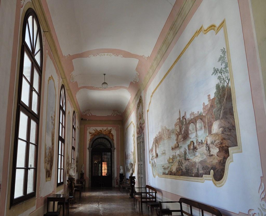 Dans le couloir, décor XVIIIe, villa Pisani, 1720-1735, St ...