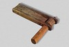 Holzratsche die schon mehreren Generationen gedient hat. Ausstellungsstück in der Heimatausstellung gespendet von Josef Freer.