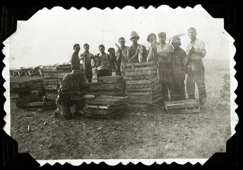 Archiv F256 Posieren mit Bomben, Fremdenlegion, 1930er
