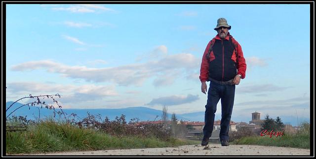 Peregrino caminando hacia el Alto del Perdón.