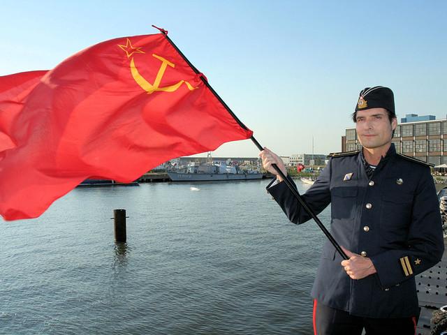 Agent 0X7 zwaait met voormalig Russische vlag