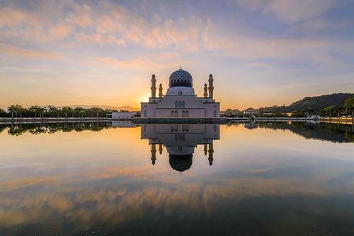 morning lake reflection pool sunrise worship religion mosque kotakinabalu sabah masjid kk floatingmosque likas citymosque