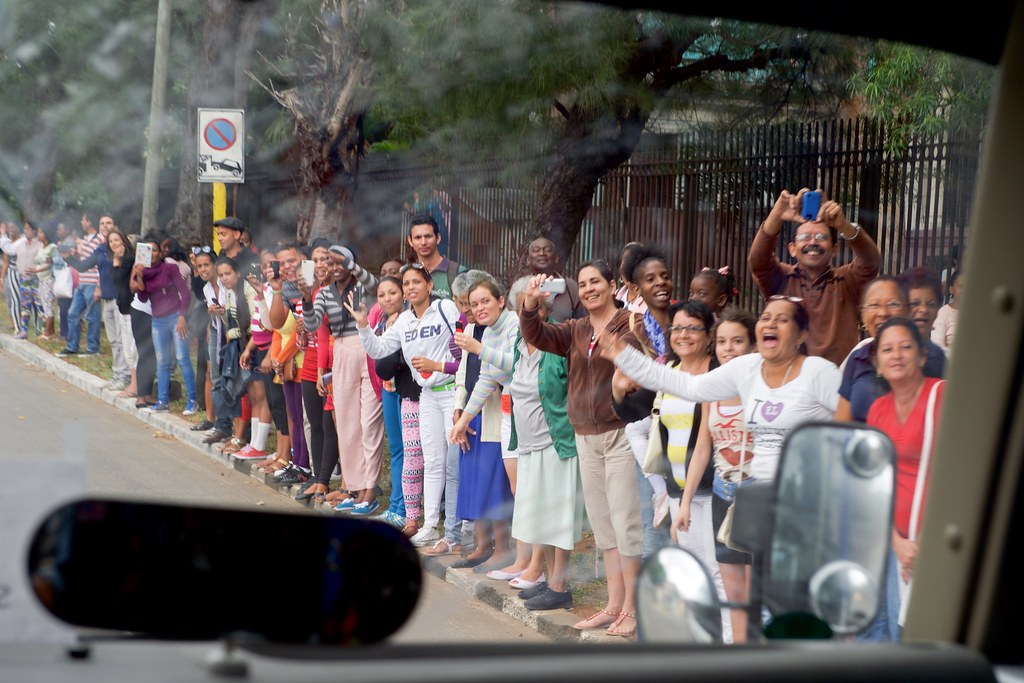 Crowd Waves to Motorcade Carrying President Obama, Secretary Kerry in Havana, Cuba