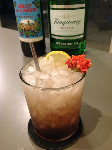 Bramble (Dick Bradsell) with Tanqueray London dry gin, lemon juice, black currant syrup #cocktail #cocktails #craftcocktails #gin | by *FrogPrincesse*