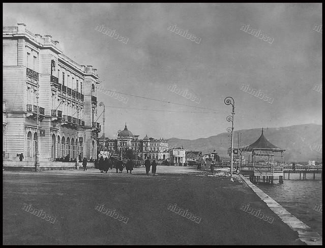 Η φημισμένη παραλία του Νέου Φαλήρου με κομψά κτίρια που δεν υπάρχουν πια. Αριστερά το ξενοδοχείο των ΣΑΠ/ΕΗΣ <<Μέγα>> ενώ στο βάθος διακρίνεται το ξενοδοχείο <<Ακταίον>> και σε πρώτο πλάνο το <<Κιόσκι>> με την αρχή της θαλάσσιας εξέδρας.