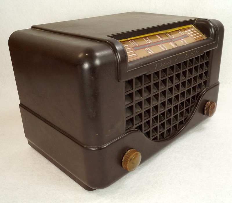 RD11401 Vintage Mid Century 1948 TRAV-LER 5066 Brown Bakelite Case TUBE RADIO DSC09648