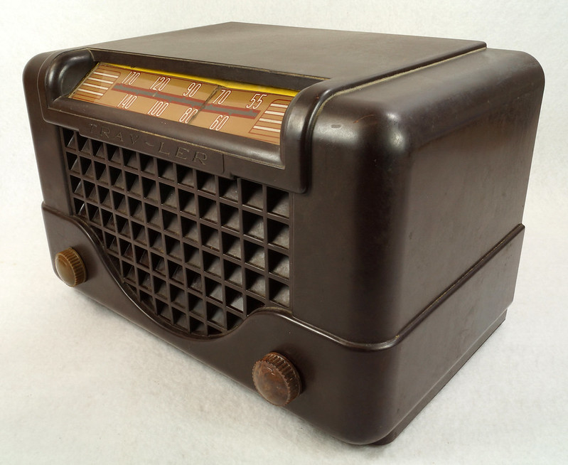RD11401 Vintage Mid Century 1948 TRAV-LER 5066 Brown Bakelite Case TUBE RADIO DSC09649