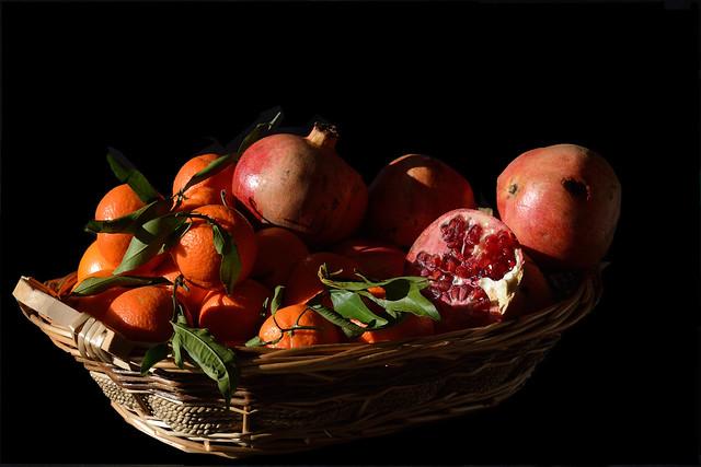DSC_5768_2408. Basket of pomegranates and clementines. Cestino di melegrane e clementine.