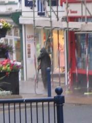 Glanhau'r palmant yn Aberystwyth am 6.15am