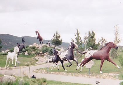 Bellos corceles galopando de mentira, en el parque natural de Noisy Water, en Ruidoso, Nuevo Mexico
